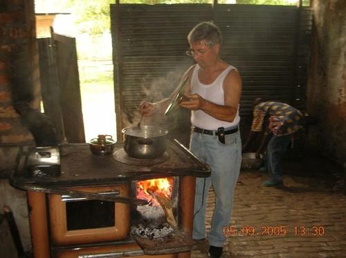 Paolo Moro si esibisce per il pranzo. Ciò che non fa il cuoco (ed è meglio che non lo faccia.....)