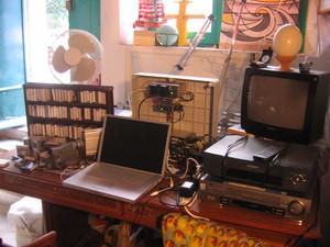 """Senigallia, 16 ottobre 2005. Gli studi della Tv di quartiere """"Disco Volante""""."""