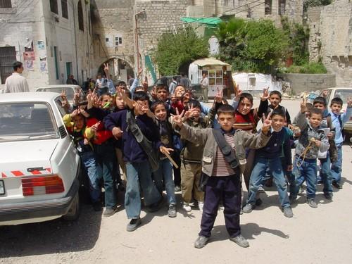 Nablus: bambini che escono da scuola ci accolgono festosi