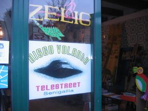 """Il logo di Disco Volante Telestreet sulla porta dello """"Studio Zelig"""", il laboratorio d'arte per disabili e non che ha lanciato il progetto della Tv di quartiere."""