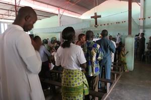 La celebrazione della messa in una chiesa di Kenge