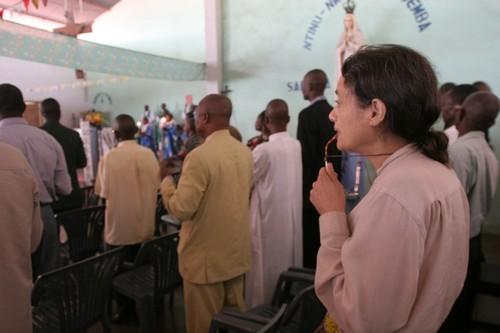 Chiara durante la messa domenicale a Kenge.