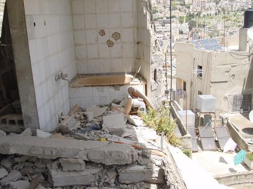 Nablus: il segno degli Apache israeliani in un palazzo della città vecchia