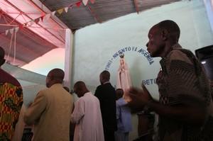 Fedeli alla messa domenicale a Kenge