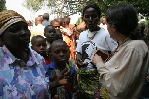 Chiara incontra amici e collaboratori all'uscita dalla messa domenicale a Kenge