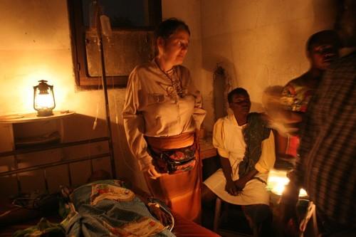 Drammatico l'arrivo in piena notte all'ospedale di Kimbau: una donna con una grave emorragia ha urgente bisogno di trasfusioni. Bisogna trovare subito del sangue compatibile, RH+. E' il gruppo di Chia