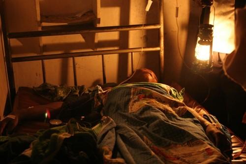 Ospedale di Kimbau: la donna con l'emorragia in attesa delle trasfusioni di sangue.
