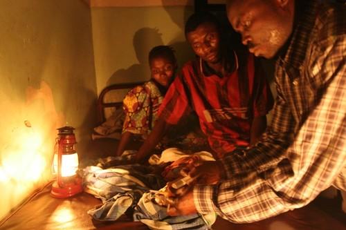 Ospedale di Kimbau. Si tenta di salvare una bambina in coma epatico: morirà poche ore dopo. Sullo sfondo, i genitori.