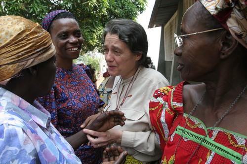 Kenge: incontro con collaboratrici locali e infermiere all'uscita dalla messa domenicale.