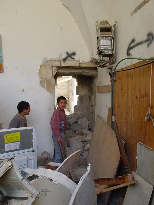 Nablus: i fori praticati tra una casa e l'altra per poter passare senza essere colpiti dai proiettili durante l'assedio della città
