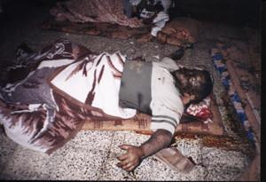 è stato sorpreso nel suo letto da una morte atroce. Anche in questo caso, solo i suoi abiti ci dicono che era un uomo, un civile, non un combattente...