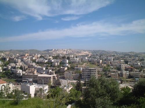 Betlemme: sullo sfondo, in cima alla collina, un insediamento di coloni israeliani