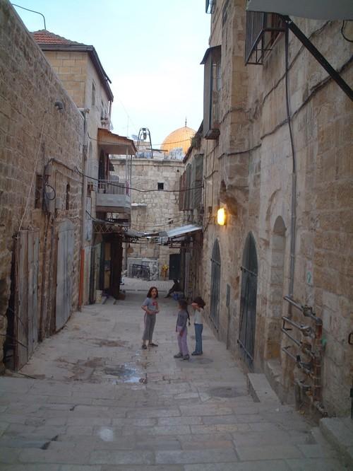 Bambine palestinesi in una via di Gerusalemme Est