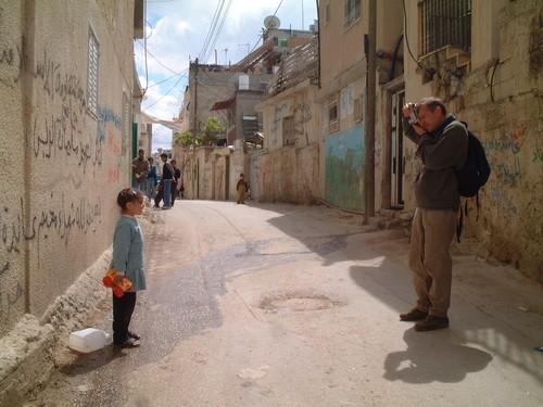 Bethlehem: campo profughi di Aida. Bambina in posa per foto
