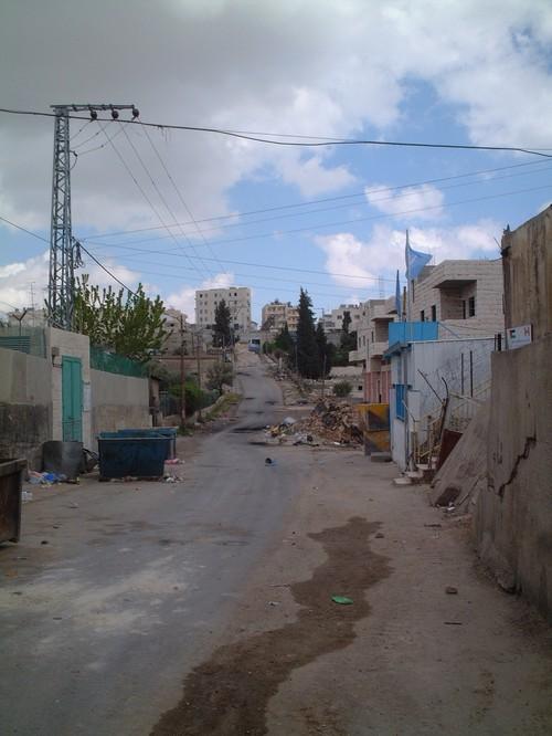 Bethlehem: campo profughi di Aida; sullo sfondo, le postazioni da cui sparano i soldati e i coloni israeliani