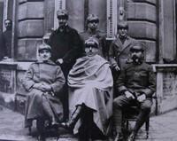 Francia 1918, don Primo Mazzolari, cappellano militare, insieme ad altri ufficiali.
