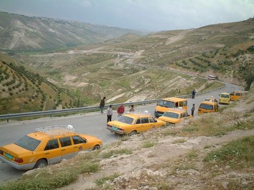 Coda di taxi a un check-point