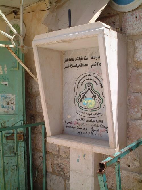 Nablus: una targa ricorda un palestinese ucciso da una bomba installata dagli israeliani in un telefono pubblico