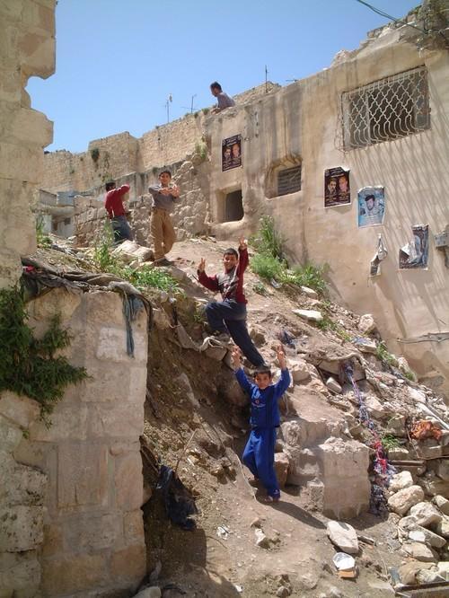 Nablus: bambini palestinesi sulle rovine di una casa distrutta da un bombardamento israeliano, nella quale hanno perso la vita 9 persone