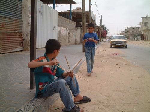 Rafah: bambini mentre costruiscono un aquilone