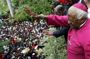 Il Nobel per la Pace, Desmond Tutu, chiede calma alle migliaia di haitiani simpatizzanti di René Preval, che esigono sia dichiarato trionfatore delle elezioni presidenziali Foto Reuters