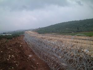 Tul Karm: il posto dove verra' costruito il muro, per ora circondato da filo spinato