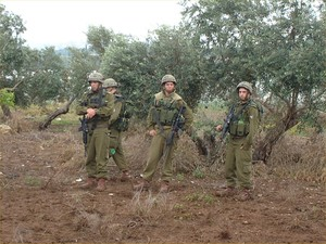Tul Karm: manifestazione contro la costruzione del muro. Alcuni soldati israeliani sorvegliano i manifestanti