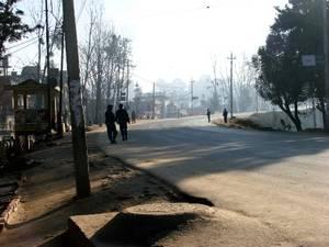Strade deserte pattugliate dai militari durante il coprifuoco di fine gennaio a Kathmandu (foto Monica Mottin)