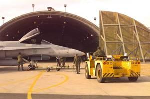 Un aereo davanti ad un angar nella base di Aviano