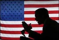 Foto di George W. Bush con la bandiera americana.