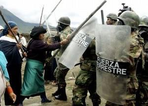 Donne indigene colpiscono i soldati quando hanno tolto il blocco stradale nella provincia di Imbabura, organizzato pe protestare contor il TLC con gli USA