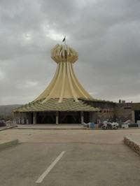 Una delle ultime immagini del mausoleo alle vittime di Halabija la sera prima della sua distruzione.