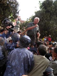 Il giornalista Kanak Man Dixit, arrestato durante una manifestazione di protesta. Foto concessa dall' Assoc.ne INSN.