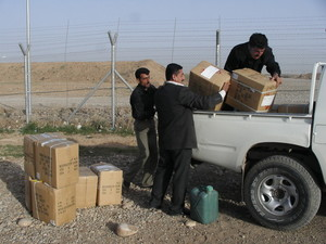All'arrivo a Erbil. Vengono caricati gli scatoloni con il materiale scolastico per i bambini.