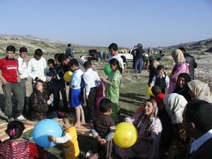 Assieme a un gruppo di curdi nel giorno del Newroz, sulle colline presso Erbil