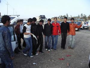 Anche ai bordi delle strade i gruppi di ragazzi eseguono le danze caratteristiche