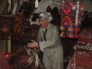 In un bazaar, quasi un labirinto di negozietti caratteristici, ancora il commercio tradizionale. Tappeti e oreficeria i prodotti più interessanti.