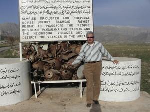 Vicino a Doli Balisan, accanto alla costruzione alla memoria delle vittime dei bombardamenti chimici di Saddam, nei pressi del cimitero dove vennero sepolti vivi numerosi feriti che cercavano salvezza
