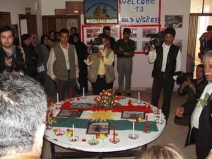"""Halabja, scuola """"Marzabotto"""". Nell'atrio una cerimonia di accoglienza e di ricordo delle vittime della strage."""