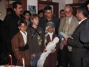 Halabja: Il sindaco di Marzabotto nella scuola; accanto, il bambino che ha mimato l'immagine emblematica della strage.