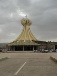 Halabja: Il mausoleo a ricordo delle vittime della strage del 16 marzo 1988, che Saddam Hussein fece bombardare con armi chimiche causando 5000 morti. La foto è scattata il 15 marzo 2006; il giorno dopo viene distrutto nel corso di una manifestazione vio