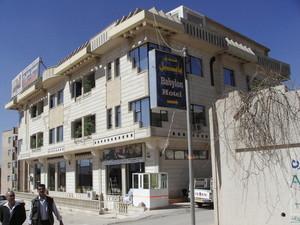 """Suleymanya: l'albergo """"Babylon"""" dove siamo alloggiati. Città in ricostruzione, Suleymanya alterna palazzi moderni a fortilizi e aree ancora da risistemare."""