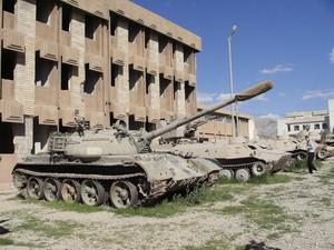 Suleymanya: Di fianco alla prigione, adesso museo alla memoria dei 182 mila scomparsi a causa delle epurazioni di Saddam, alcuni vecchi carri armati ricordano gli anni di guerra e di orrore.