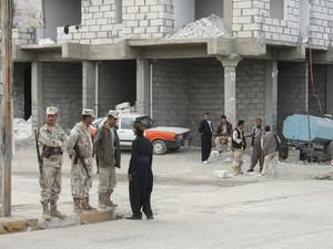 Halabja: Uomini armati a guardia del municipio.