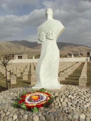 Il monumento in ricordo nel cimitero di Halabja.