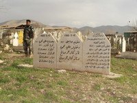"""Un particolare del cimitero di Halabja (Kurdistan iracheno). L'<i>Anfal</i>, ovvero lo sterminio sistematico del popolo curdo, provocò 182 mila tra uccisi e """"desaparecidos"""", in maggioranza maschi, e la distruzione di 5000 villaggi. Saddam Hussein è adess"""