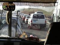 Lunghe colonne di auto e di mezzi d'ogni sorta prendono la strada...