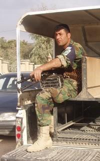 Un soldato di sentinella nella sua camionetta.