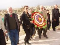 Si depone una corona di fiori al cimitero delle vittime di Halabja.