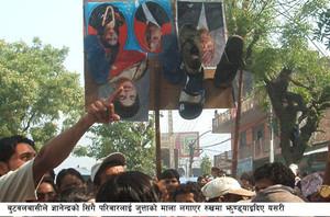 Ghirlande di scarpe al collo delle foto dei membri della famiglia reale: il simbolo dell' infamia.